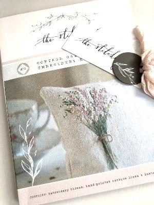 "Kit de Bordado ""Cottage Garden Bouquet"", por The Stitchery"