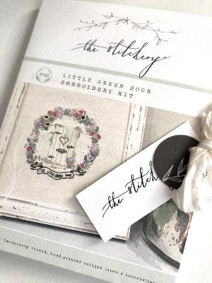 "Kit de Bordado ""The Little Green Door"", por The Stitchery"